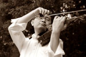 バイオリンをひく、いちろーたを下から見上げた写真