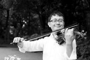 公園でバイオリンを演奏するいちろーた