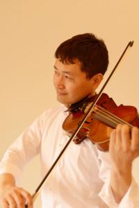スタジオ室内でヴァイオリンを演奏する・いちろーたの写真