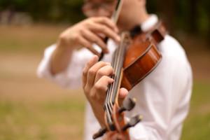 ヴァイオリンを演奏する左手