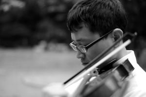 ヴァイオリンをひき、耳を傾ける・いちろーたの写真