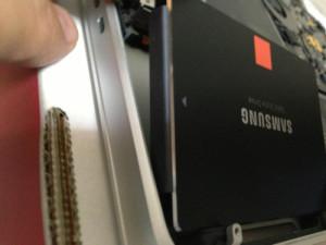 SSDをHDDベイにさしこむところ