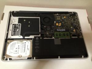 MacBookProの裏ぶたを外したところ